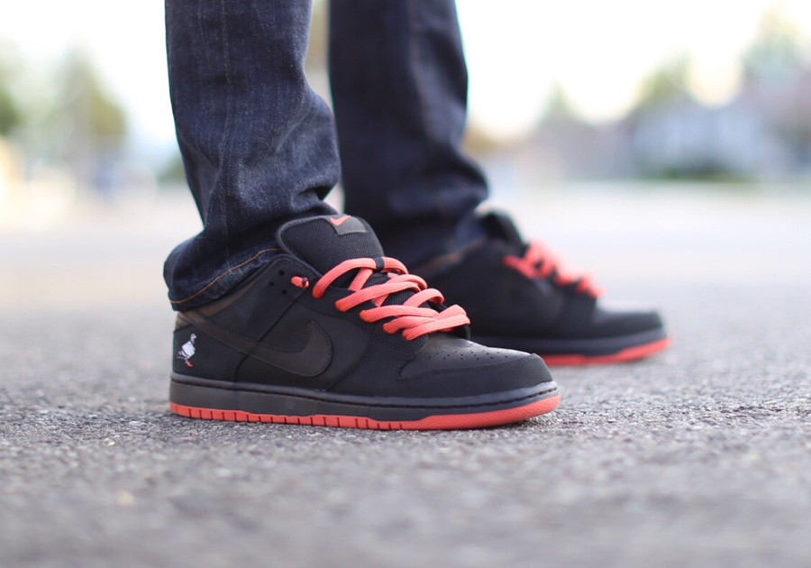 basket-nike-dunk-low-trd-qs-black-pigeon-semelle-rouge-on-feet-883232-008 (1)
