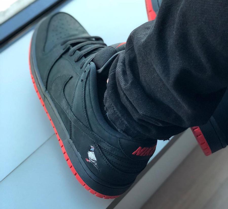 basket-nike-dunk-low-trd-qs-black-pigeon-semelle-rouge-on-feet-883232-008 (2)