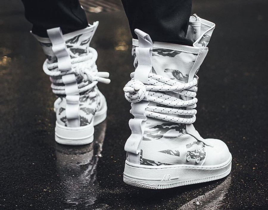 botte-nike-air-force-1-special-field-triple-white-urban-freak-camouflage-AA1130-100 (4)