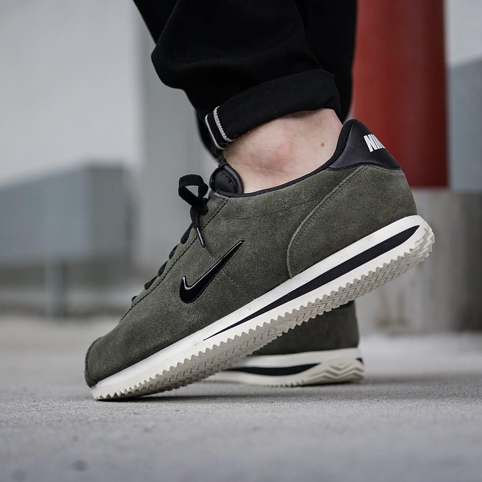 chaussure-nike-cortez-basic-jewel-daim-cargo-khaki-833238-300 (1)