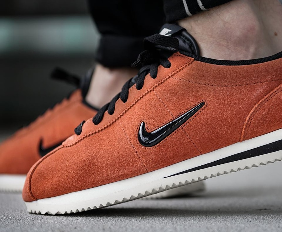 chaussure-nike-cortez-basic-jewel-suede-Dusty-peach-833238-200 (1)
