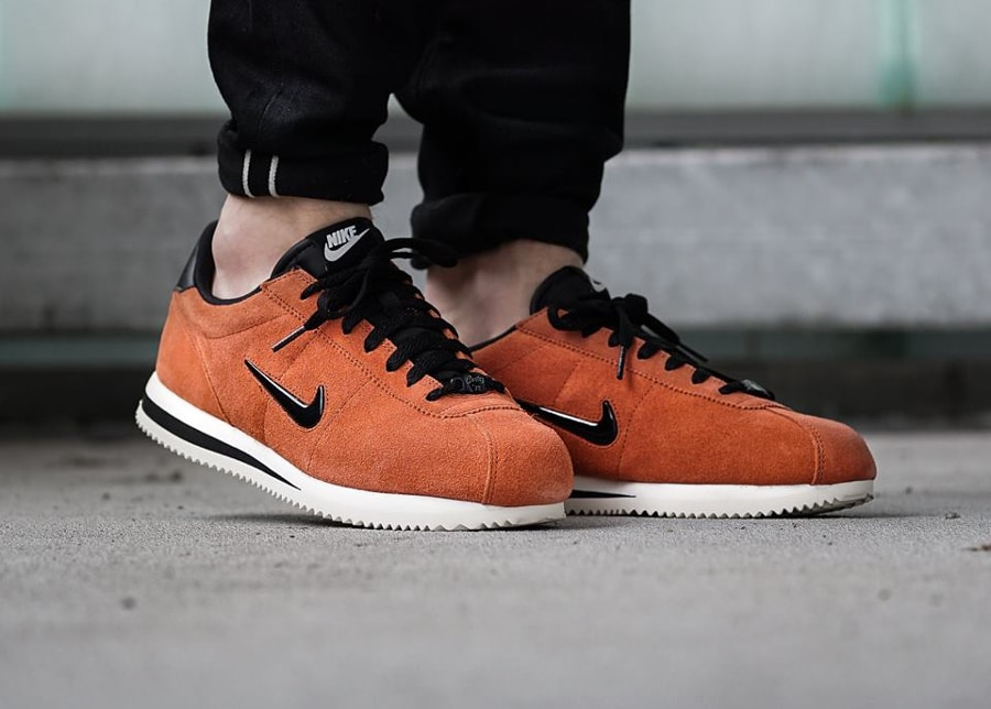 Chaussure Nike Cortez Basic Jewel 'Dusty Peach' on feet