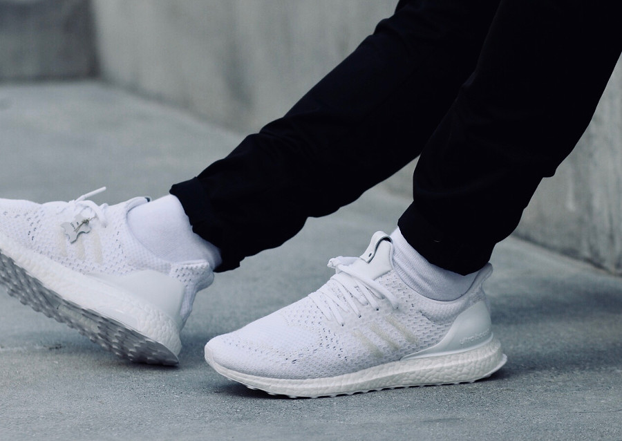 Avis chaussure A Ma Maniere x Invincible x Adidas Consortium Ultra Boost White CM7880 on feet