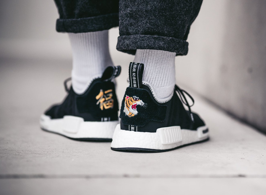 Chaussure Invincible x Neighborhood x Adidas Consortium NMD R1 broderie tête de tigre