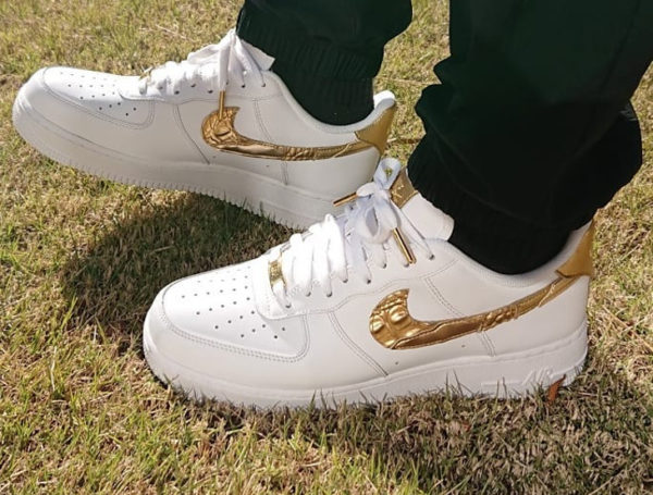 timeless design 82559 202fb Chaussure Nike Air Force 1 Low CR7 Golden Patchwork Swoosh doré on feet (2)