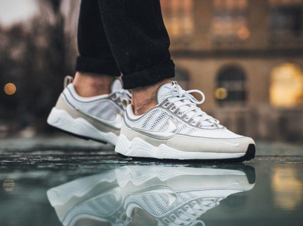 Chaussure Nike Air Spiridon '16 Cream Light Bone Metallic Silver on feet