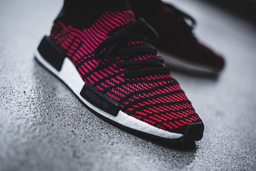 La Adidas NMD_R1 STLT PK 'Black Red' (rayures rouges et noires) on foot (CQ2385)