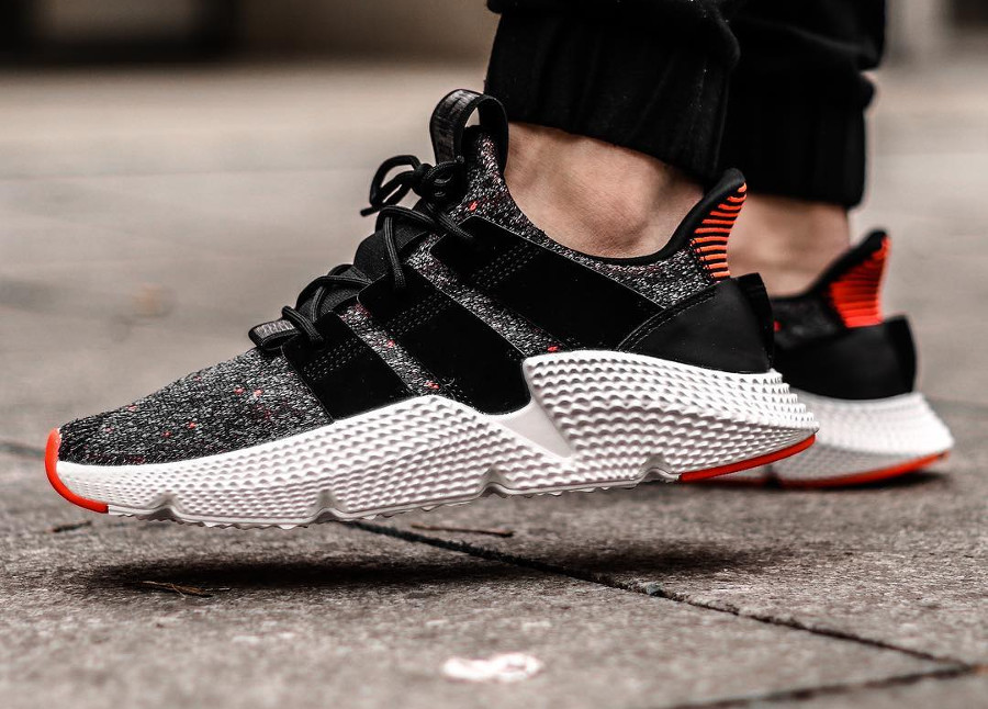 chaussure-adidas-prophere-black-solar-red-on-feet (3)