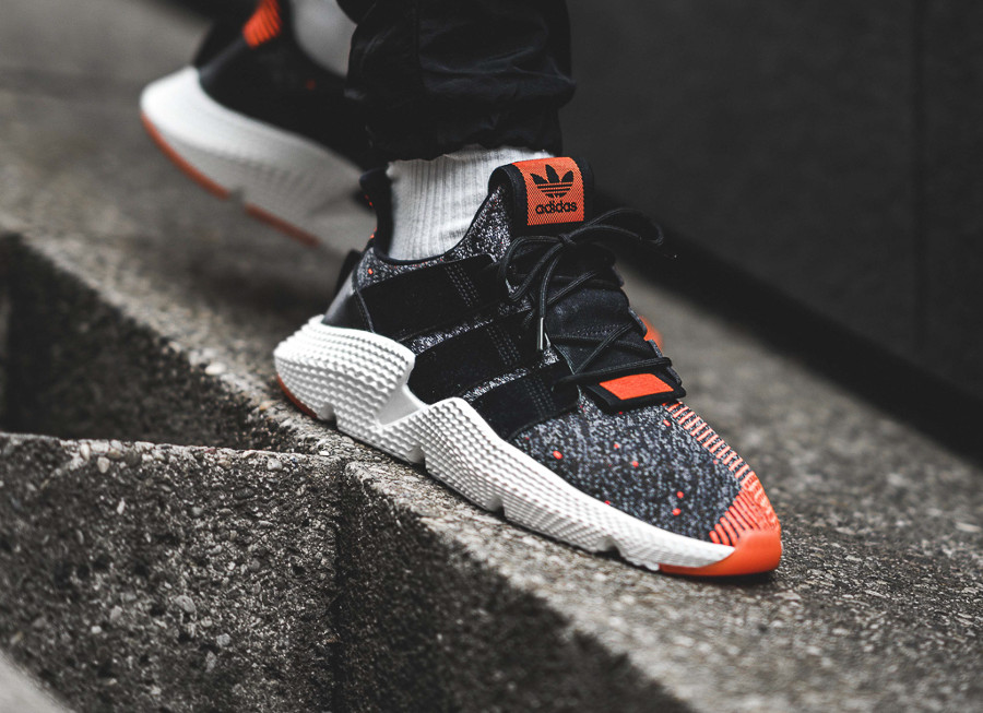 chaussure-adidas-prophere-black-solar-red-on-feet (4)