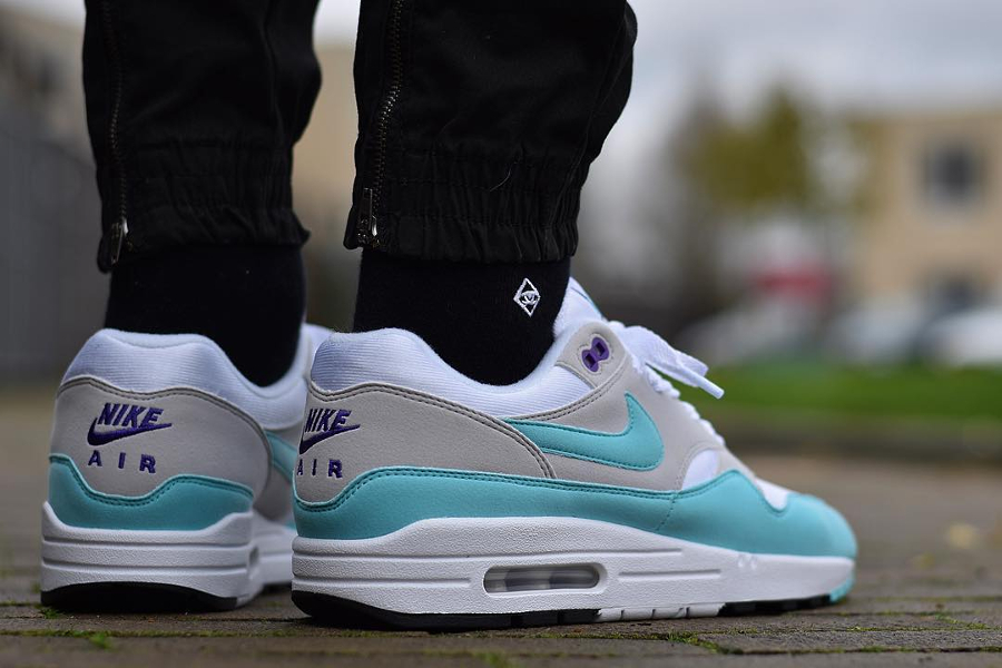 chaussure-nike-air-max-1-og-anniversary-aqua-neutral-grey-on-feet (1)