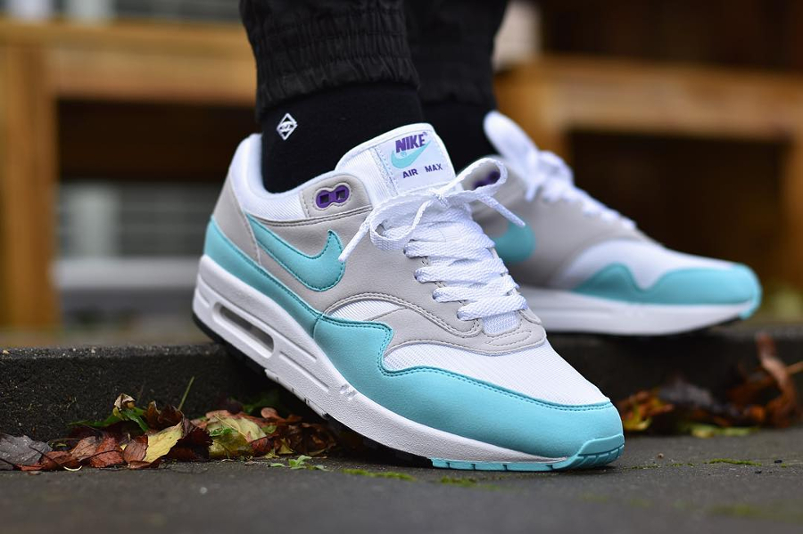 chaussure-nike-air-max-1-og-anniversary-aqua-neutral-grey-on-feet (2)