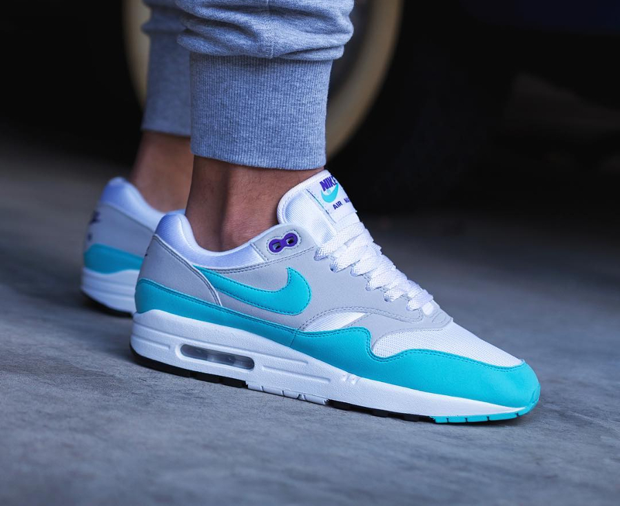 Chaussure Nike Air Max 1 Anniversary Aqua OG 30th 2017 on feet (1)