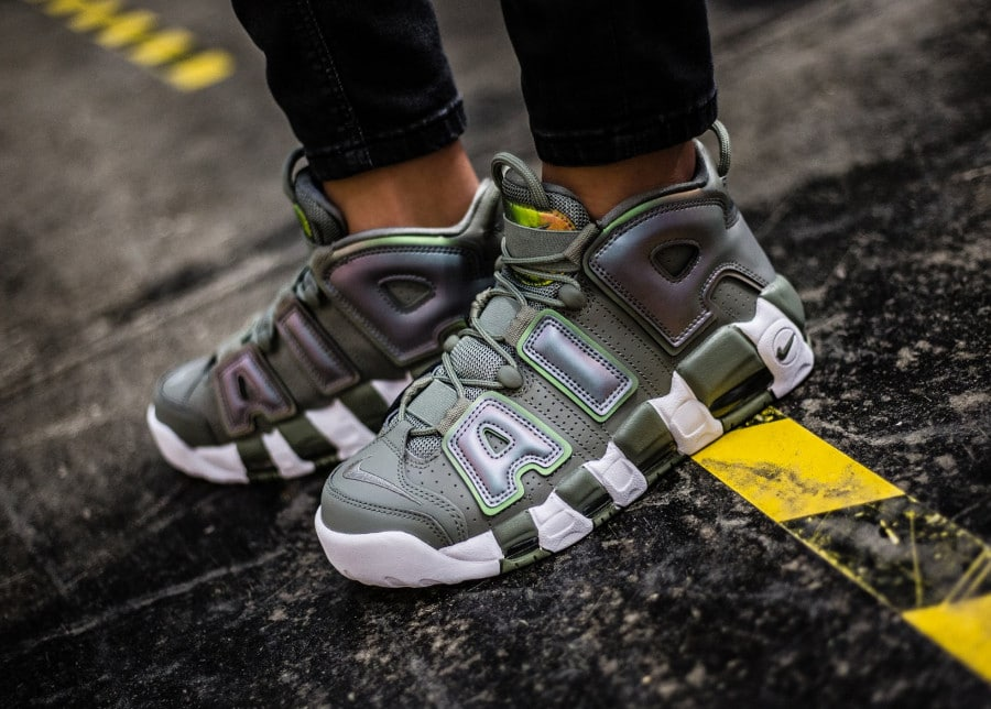 La Nike Air More Uptempo femme Shine Dark Stucco Iridescent
