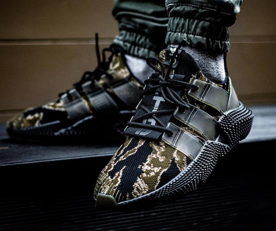 Chaussure UNDFTD x Adidas Consortium Prophere PK Tiger Camo gold olive on feet