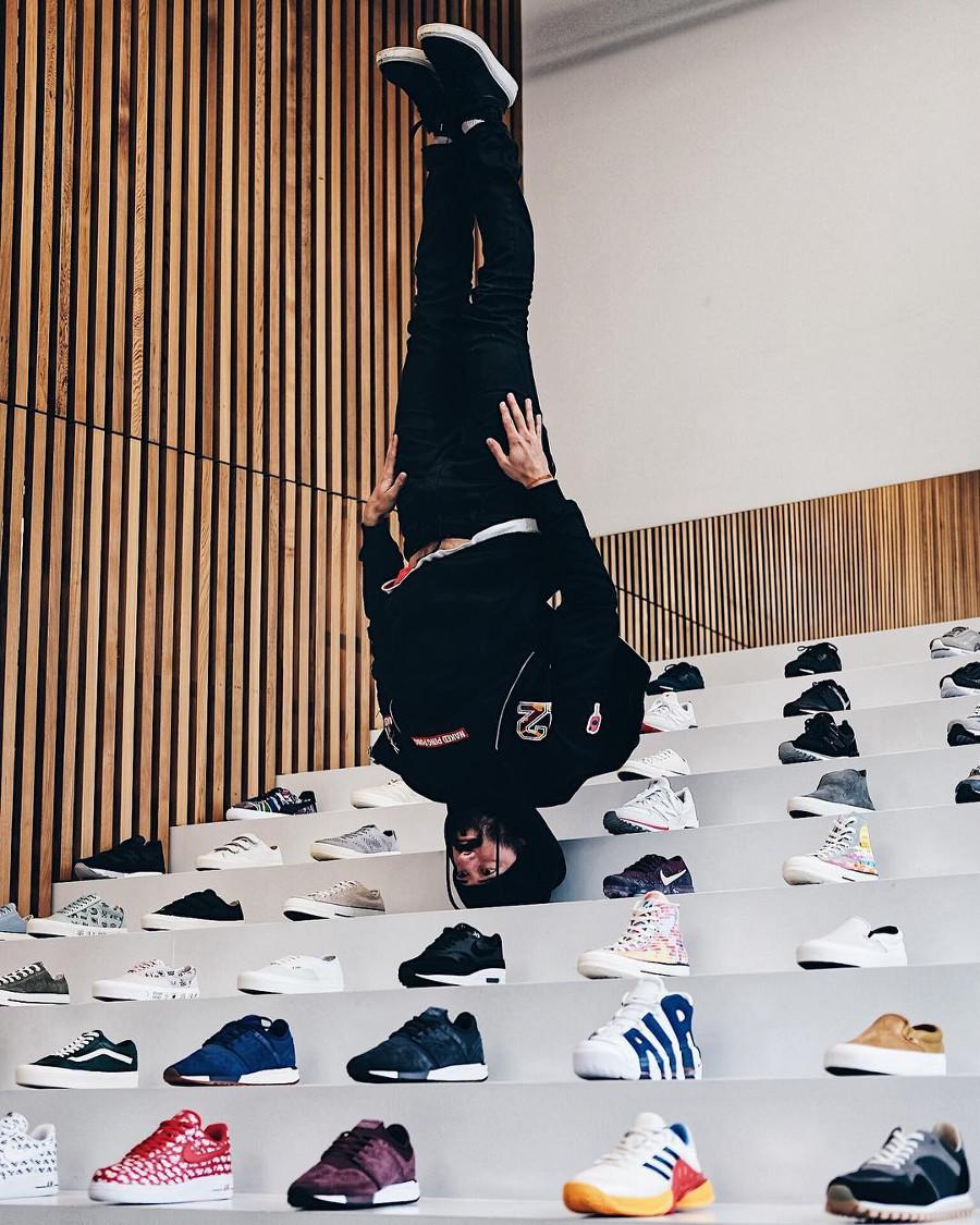 sneakers addict en équilibre sur sa tête