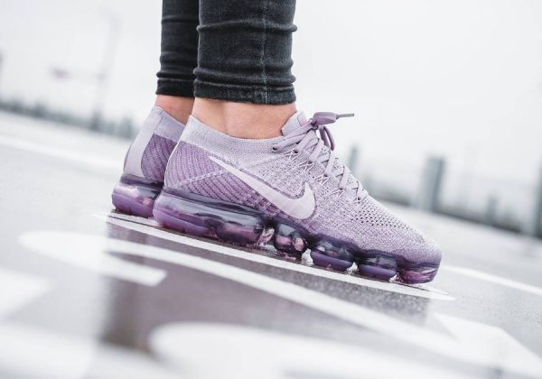 Chaussure Nike Air Vapormax Flyknit Plum Fog Prune (femme) on feet (2)