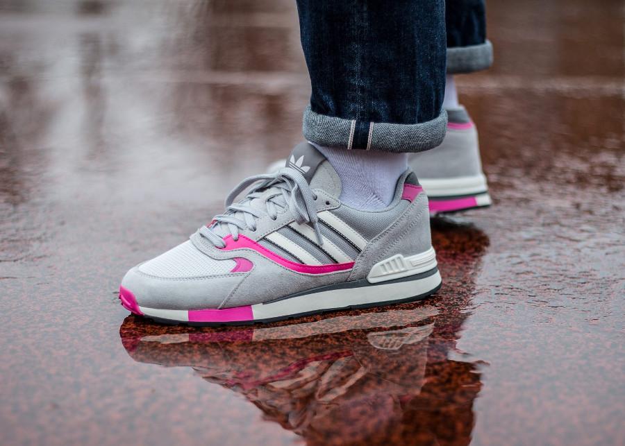 Une Adidas Quesence en mesh et suede gris (accents roses)