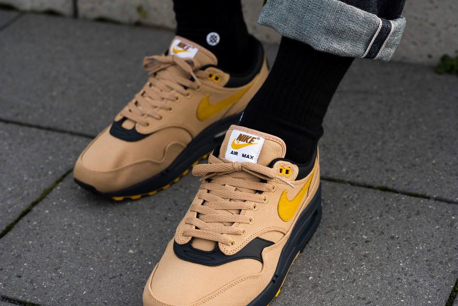 Nike Air Max 1 en toile beige, Swoosh jaune et semelle noire