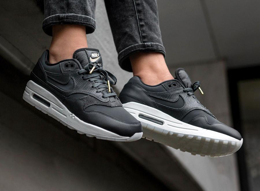 chaussure-nike-wmns-air-max-1-premium-noire-anthracite-black-hangtag-gold (4)