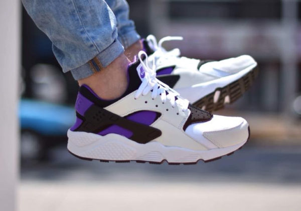 Chaussure Nike Air Huarache 91 QS White Purple Punch on feet