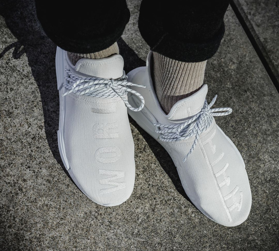 Chaussure Pharrell Williams x Adidas NMD HU Trail Holi BC Cream White (blanc cassé) on feet (2)