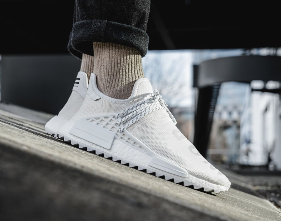 Chaussure Pharrell Williams x Adidas NMD HU Holi BC Cream White (blanc cassé) on feet (3)