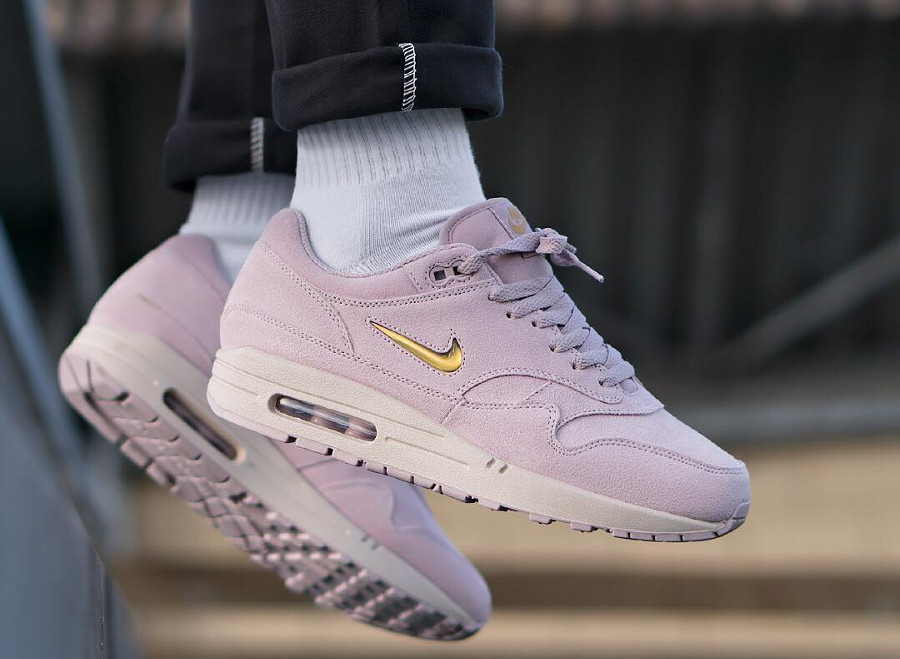 magasin en ligne 82318 1c378 Avis] La Nike Air Max 1 Jewel Suede Particle Rose (Swoosh ...