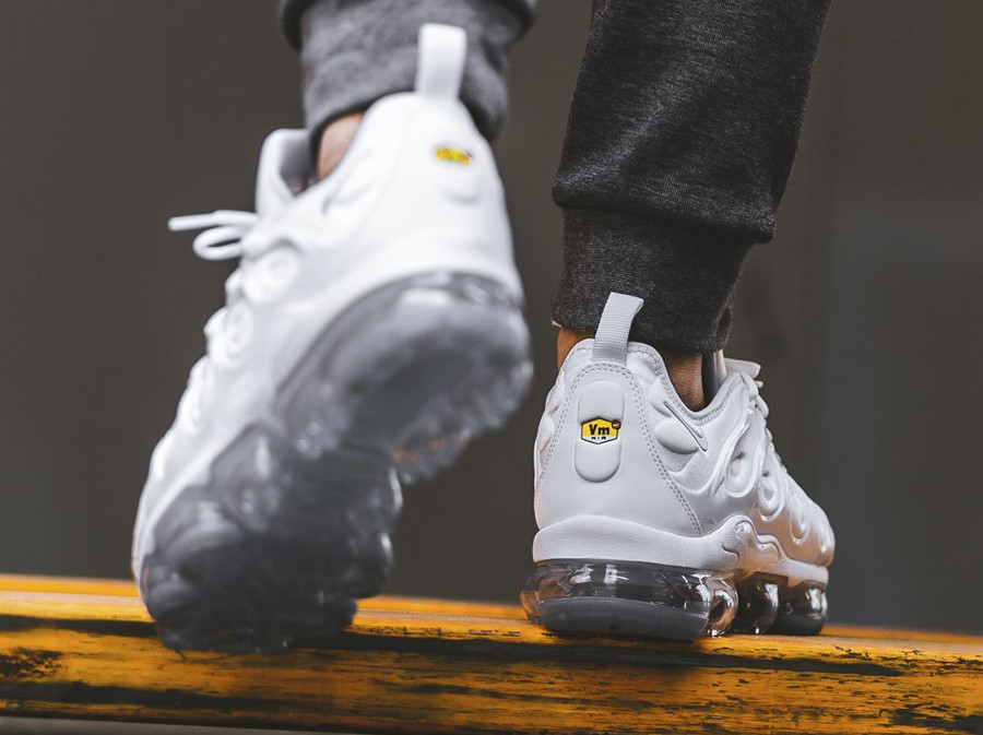basket-nike-air-vapormax-plus-white-pure-platinum-924453 100 (3)