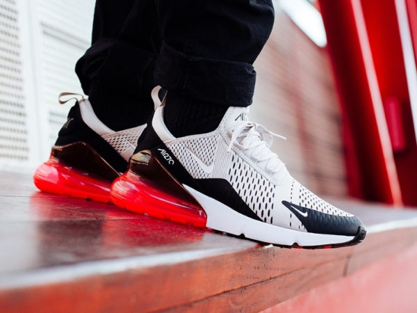 La chaussure Nike Air Max 270 Light Bone on feet (mesh beige + Big Air rouge) - modèle homme
