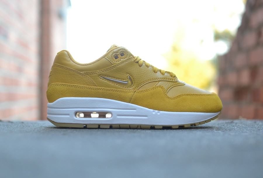 basket-nike-wmns-air-max-1-premium-sc-elemental-gold-mineral-yellow