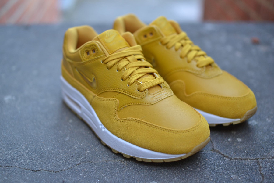 basket-nike-wmns-air-max-1-premium-sc-elemental-gold-mineral-yellow-2
