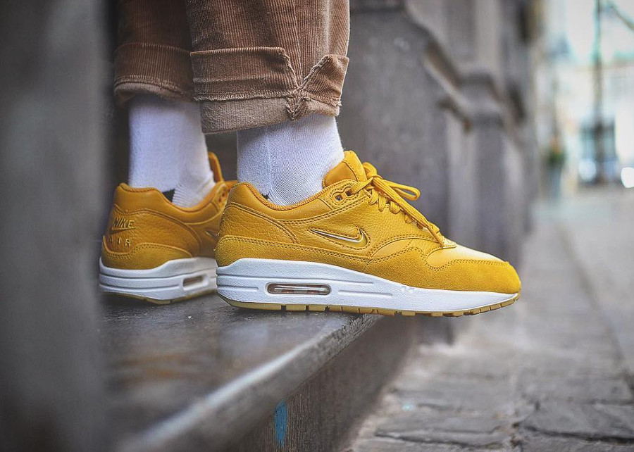 Chaussure Nike Air Max 1 Jewel jaune (femme) on feet