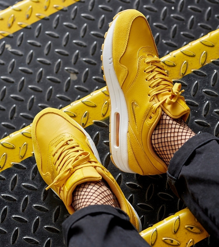 Chaussure Nike Air Max 1 Jewel jaune (femme) on feet (1)