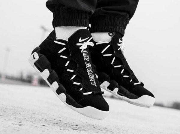 Chaussure Nike Air More Money en suède noir pour homme on feet