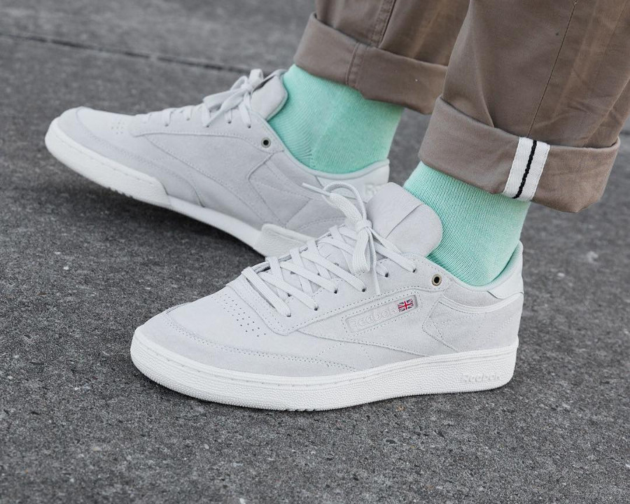 chaussure Montana Cans x Reebok Club C 85 MCC Pebble (suède gris) on feet