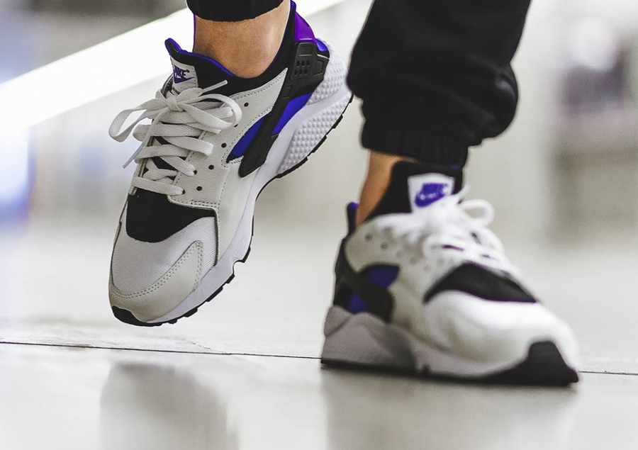Chaussure Nike Air Huarache 91 QS White Purple Punch on feet (lanière bicolore noire et violet) (1)