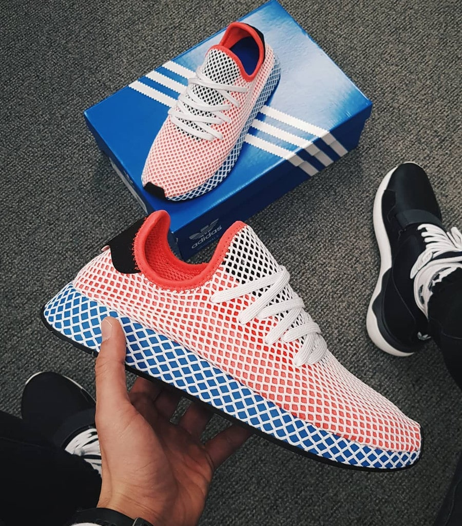 basket-adidas-deerupt-runner-motif-grille-bleue-rouge-blanche-on-feet (1)