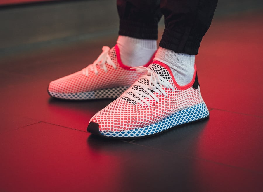 basket-adidas-deerupt-runner-motif-grille-bleue-rouge-blanche-on-feet (4)