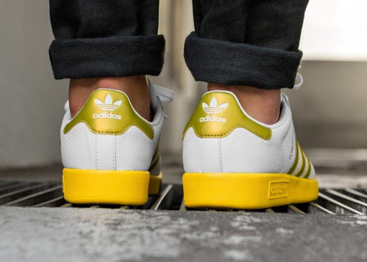 basket-adidas-forest-hills-white-gold-metallic-eqt-yellow-on-feet-CQ2083 (1)