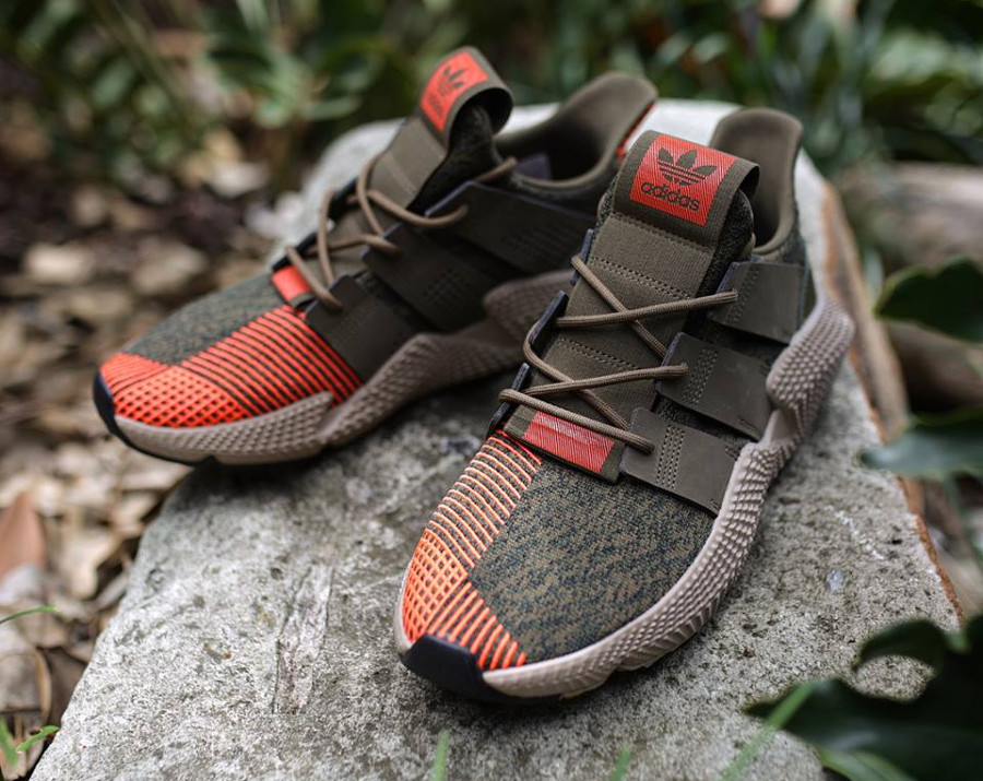 c64062ef6b51 Chaussure Adidas Prophere Knit homme Trace Olive Solar Red (mesh vert et  broderies rouges)