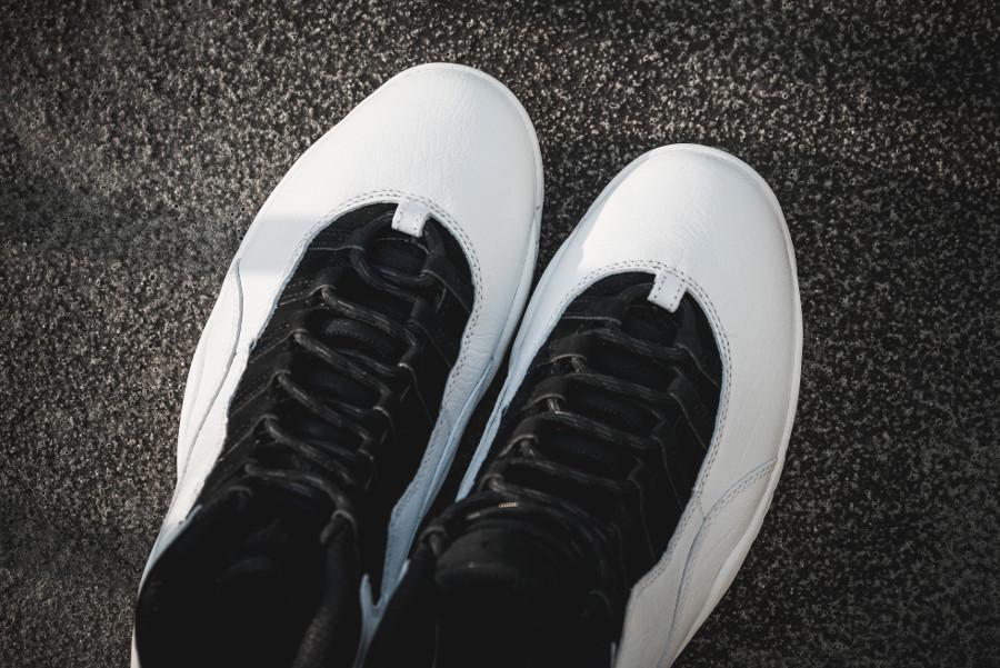 basket-air-jordan-x-i-m-back-blanche-et-noire-détails-contre-plongée