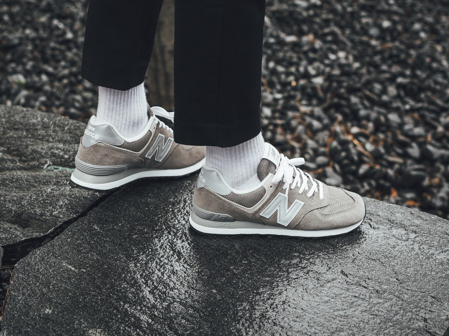 basket-new-balance-ML574EGG-legacy-of-grey-on-foot (1)
