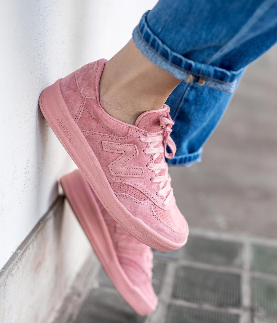Chaussure New Balance WRT300PP Rose Dusted Peach pour femme on feet