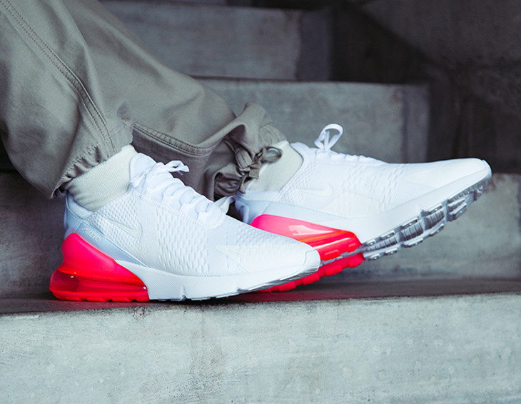 Chaussure Nike Air Max 270 blanche et rouge cocktail on feet (homme)
