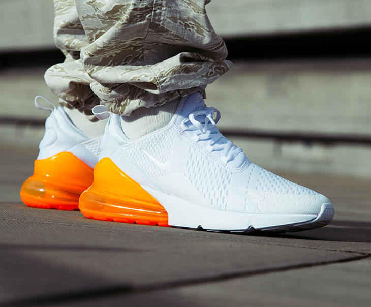 Chaussure Nike Air Max 270 blanche et orange total on feet (homme)