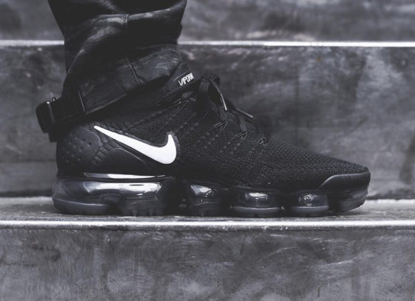 wholesale dealer e8e52 59c17 Chaussure Nike Air Vapormax Flyknit 2.0 Black White Metallic Silver on feet