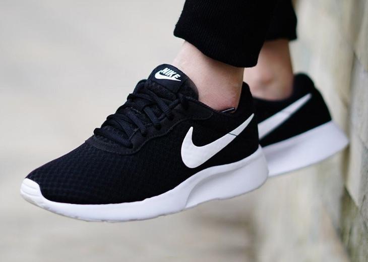 Chaussure Nike Tanjun Black White on feet (mesh noir et Swoosh blanc)