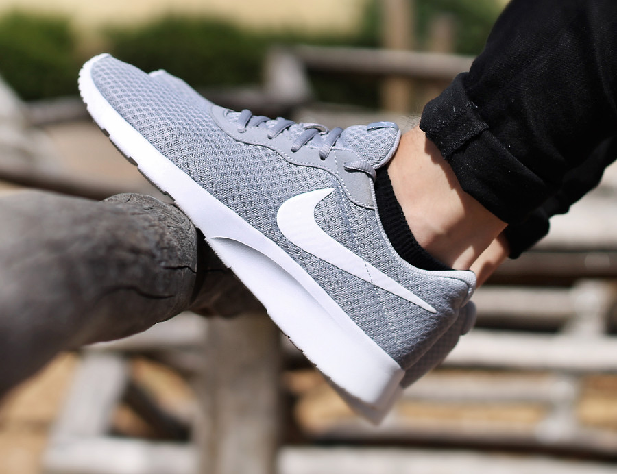 Chaussure Nike Tanjun Wolf Grey (mesh gris) on feet