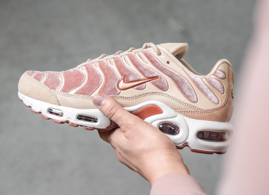 3752d3d2da579 Chaussure Nike Air Max Plus TN Requin LX femme Dusty Peach (velours rose)