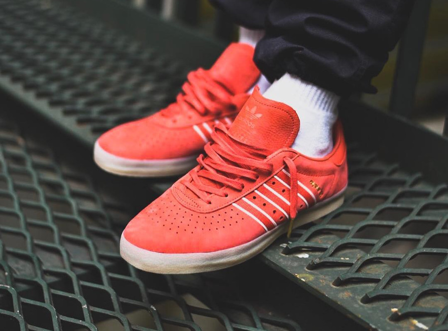 Chaussure Oyster Holdings x Adidas 350 Trace Scarlet on feet